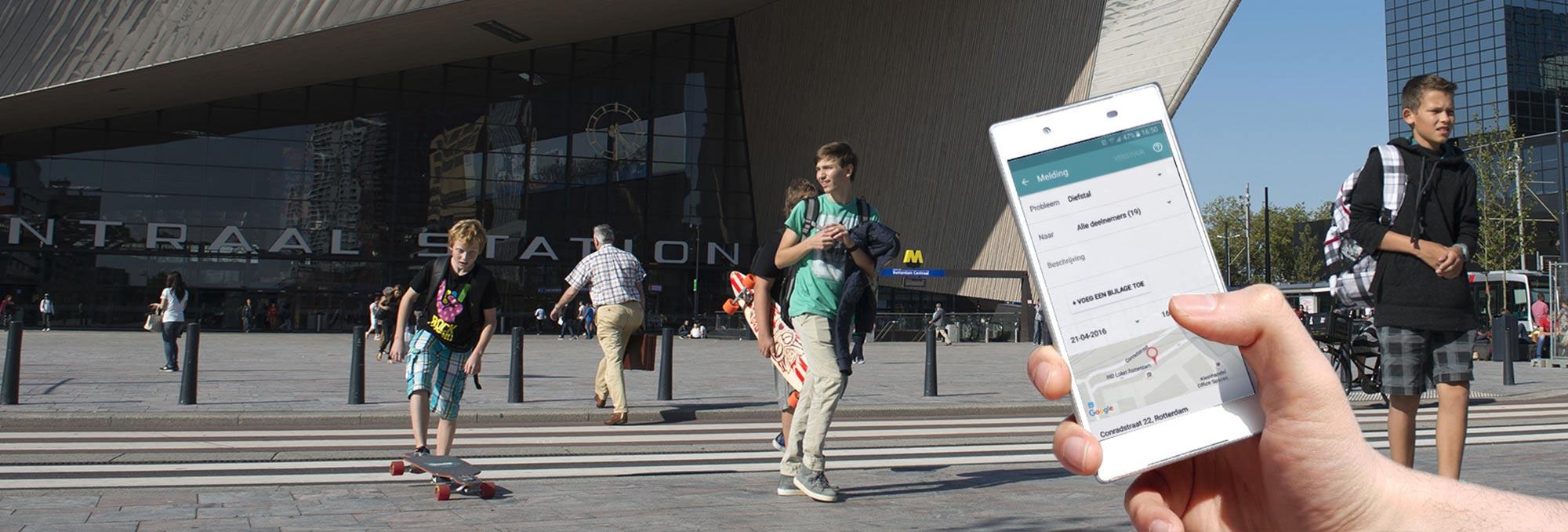 Jongeren en reizigers op het plein voor het Centraal Station in Rotterdam Centrum en een afbeelding van een smartphone met de Chainels app op de website van UDSRotterdam