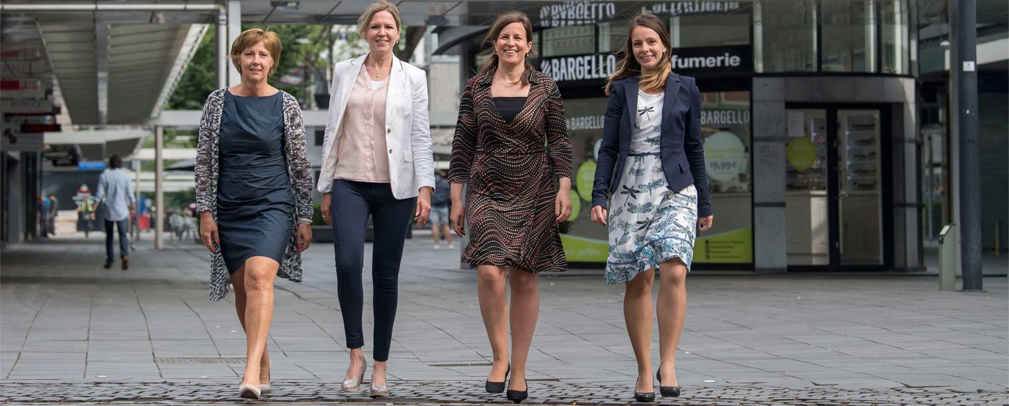 De vier leden van het team van UDSRotterdam, lopend in Rotterdam Centrum, op de pagina Over Ons van de website van de UDSRotterdam