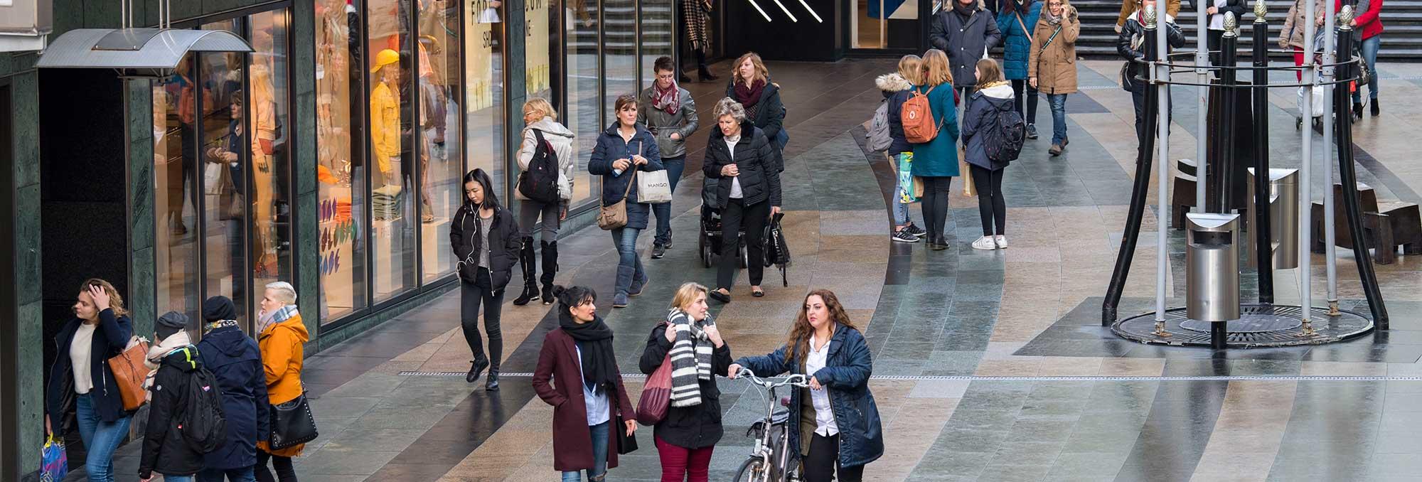 Winkelen publiek in de Koopgoot in Rotterdam Centrum, op de pagina Innovatie van de website van UDSRotterdam