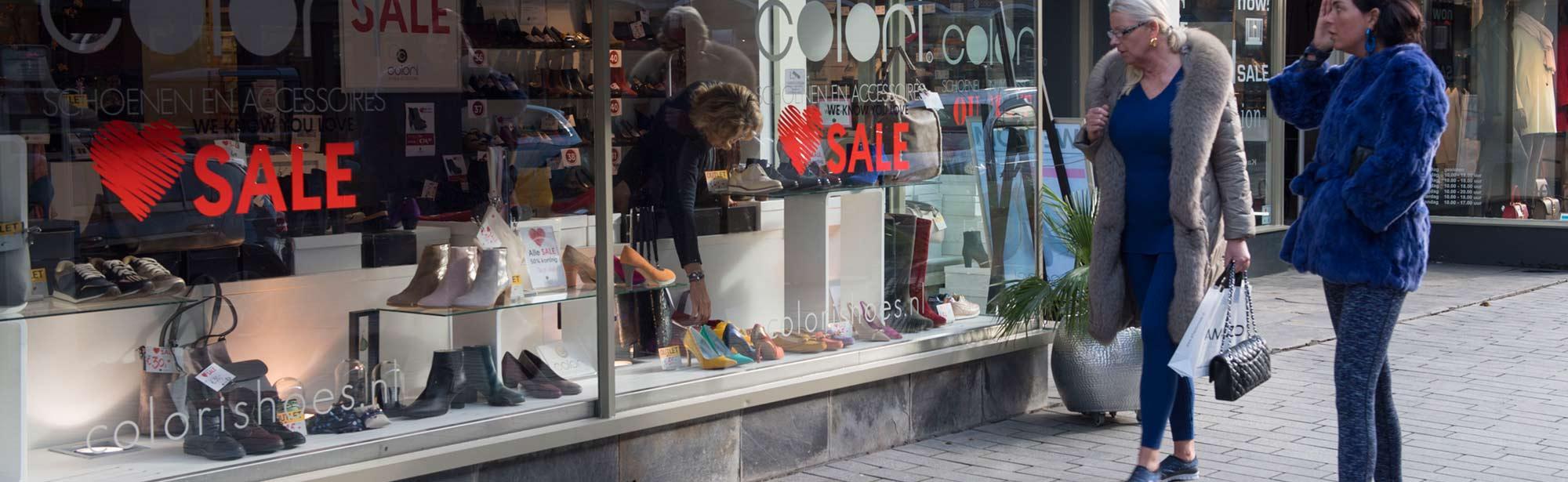 Twee dames voor een etalage in Rotterdam Centrum, op de pagina Nieuws van de website van UDSRotterdam
