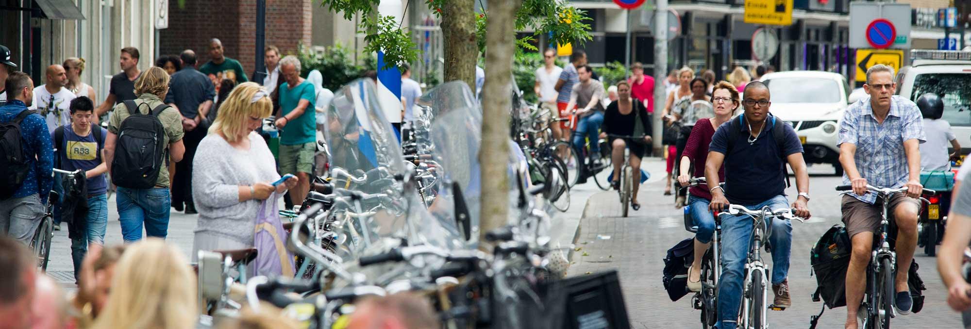 Fietsend en wandelend publiek in Rotterdam Centrum, op de pagina Organisatie van de website van UDSRotterdam
